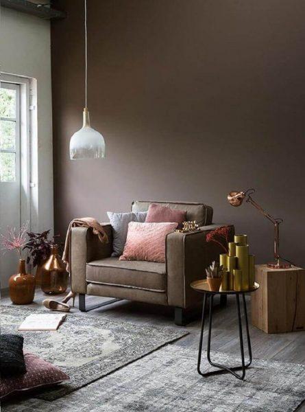 Decoração para sala com móveis modernos e tons de chocolate.