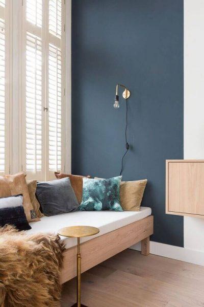 Decoração para quarto moderno com móveis de madeira e parede pintada de verde azulado